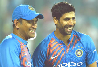 Nehra, Dhoni, Dinesh Karthick, Cricket